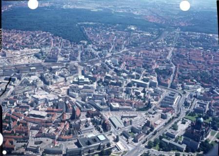 ARH NL Koberg 530, Luftbild von Hannover u. a. mit Leineschloss, Neuem Rathaus, Marktkirche, Oper und Hauptbahnhof, ohne Datum