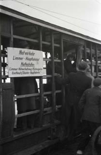 ARH NL Koberg 686, Notverkehr der Behelfsstraßenbahn in alten Gemüsetransportwagen in der Podbielskistraße, Hannover, 1946