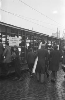 ARH NL Koberg 687, Notverkehr der Behelfsstraßenbahn in alten Gemüsetransportwagen in der Podbielskistraße, Hannover, 1946