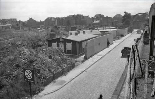 """ARH NL Koberg 698, Der sogenannte """"Bahnsteig 6"""" am Raschplatz hinter den Gleisen des Hauptbahnhofs, Hannover, 1946"""