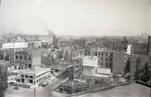 ARH NL Koberg 729, Blick vom Operndach auf Bahnhof und Wiederaufbau der Stadt, Hannover, 1948