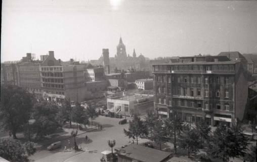 ARH NL Koberg 736, Blick vom Operndach das Haus Friedrich-Wilhelm und Rathaus im Hintergrund, Hannover, 1948