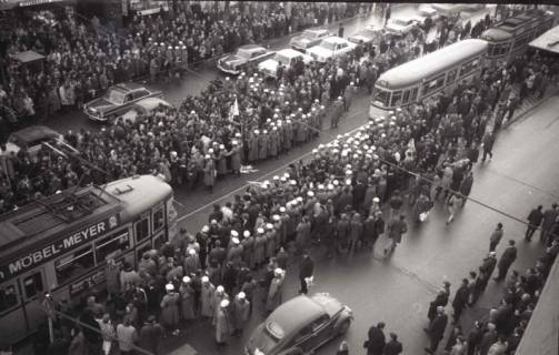 "ARH NL Koberg 760, ""Roter Punkt"" Demonstration gegen Fahrpreiserhöhung der ÜSTRA, Hannover, 1970"