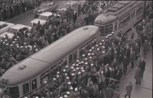 "ARH NL Koberg 761, ""Roter Punkt"" Demonstration gegen Fahrpreiserhöhung der ÜSTRA, Hannover, 1970"