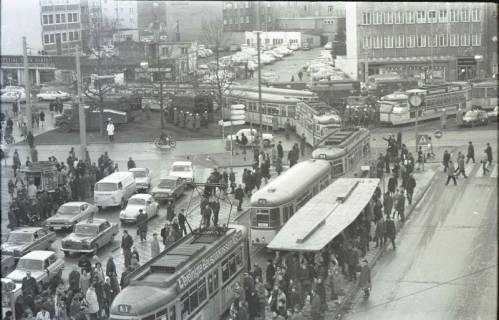 "ARH NL Koberg 763, ""Roter Punkt"" Demonstration gegen Fahrpreiserhöhung der ÜSTRA, Hannover, 1970"
