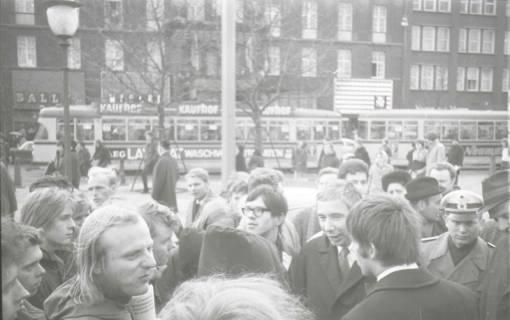 "ARH NL Koberg 764, ""Roter Punkt"" Demonstration gegen Fahrpreiserhöhung der ÜSTRA, Hannover, 1970"