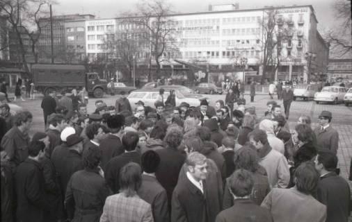 "ARH NL Koberg 768, ""Roter Punkt"" Demonstration gegen Fahrpreiserhöhung der ÜSTRA, Hannover, 1970"