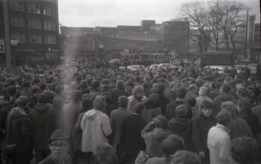 "ARH NL Koberg 770, ""Roter Punkt"" Demonstration gegen Fahrpreiserhöhung der ÜSTRA auf dem Opernplatz, Hannover, 1970"