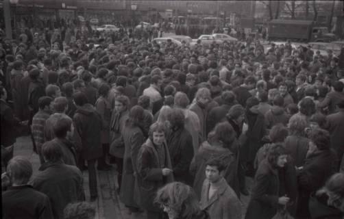 "ARH NL Koberg 771, ""Roter Punkt"" Demonstration gegen Fahrpreiserhöhung der ÜSTRA auf dem Opernplatz, Hannover, 1970"
