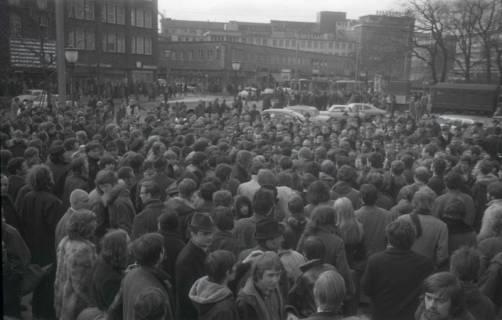 "ARH NL Koberg 772, ""Roter Punkt"" Demonstration gegen Fahrpreiserhöhung der ÜSTRA auf dem Opernplatz, Hannover, 1970"