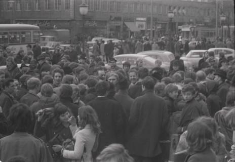 "ARH NL Koberg 773, ""Roter Punkt"" Demonstration gegen Fahrpreiserhöhung der ÜSTRA auf dem Opernplatz, Hannover, 1970"