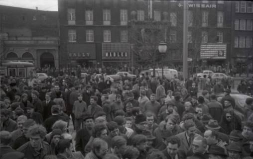 "ARH NL Koberg 774, ""Roter Punkt"" Demonstration gegen Fahrpreiserhöhung der ÜSTRA auf dem Opernplatz, Hannover, 1970"