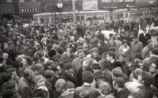 "ARH NL Koberg 776, ""Roter Punkt"" Demonstration gegen Fahrpreiserhöhung der ÜSTRA auf dem Opernplatz, Hannover, 1970"