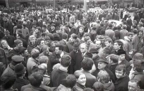 "ARH NL Koberg 777, ""Roter Punkt"" Demonstration gegen Fahrpreiserhöhung der ÜSTRA auf dem Opernplatz, Hannover, 1970"