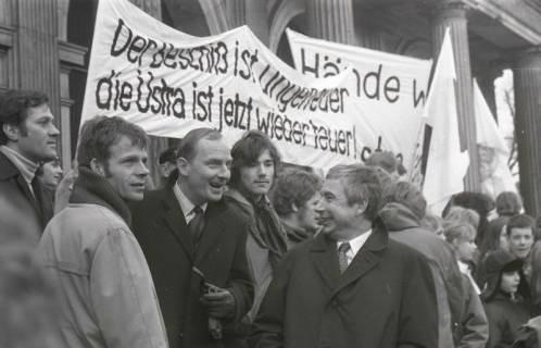"ARH NL Koberg 778, ""Roter Punkt"" Demonstration gegen Fahrpreiserhöhung der ÜSTRA auf dem Opernplatz, Hannover, 1970"
