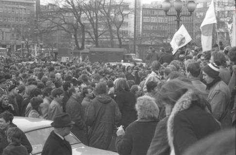 "ARH NL Koberg 780, ""Roter Punkt"" Demonstration gegen Fahrpreiserhöhung der ÜSTRA auf dem Opernplatz, Hannover, 1970"