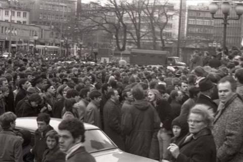 "ARH NL Koberg 781, ""Roter Punkt"" Demonstration gegen Fahrpreiserhöhung der ÜSTRA auf dem Opernplatz, Hannover, 1970"