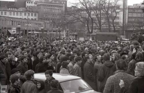 "ARH NL Koberg 782, ""Roter Punkt"" Demonstration gegen Fahrpreiserhöhung der ÜSTRA auf dem Opernplatz, Hannover, 1970"