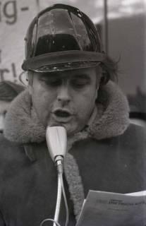 "ARH NL Koberg 785, ""Roter Punkt"" Demonstration gegen Fahrpreiserhöhung der ÜSTRA auf dem Opernplatz, Hannover, 1970"