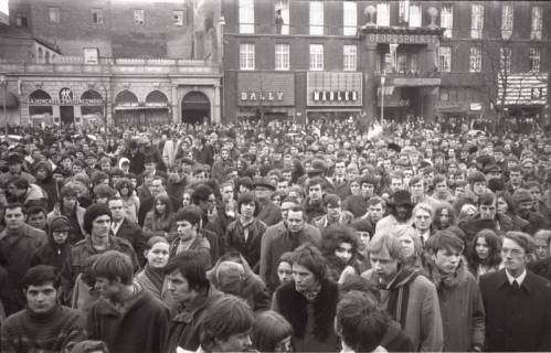"ARH NL Koberg 789, ""Roter Punkt"" Demonstration gegen Fahrpreiserhöhung der ÜSTRA auf dem Opernplatz, Hannover, 1970"