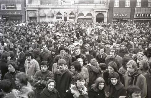 "ARH NL Koberg 790, ""Roter Punkt"" Demonstration gegen Fahrpreiserhöhung der ÜSTRA auf dem Opernplatz, Hannover, 1970"