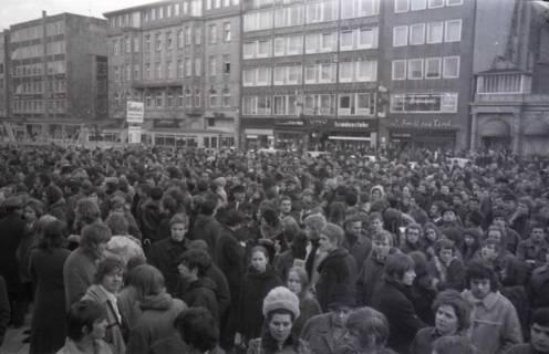 "ARH NL Koberg 791, ""Roter Punkt"" Demonstration gegen Fahrpreiserhöhung der ÜSTRA auf dem Opernplatz, Hannover, 1970"