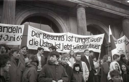 "ARH NL Koberg 792, ""Roter Punkt"" Demonstration gegen Fahrpreiserhöhung der ÜSTRA auf dem Opernplatz, Hannover, 1970"