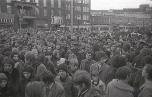 "ARH NL Koberg 793, ""Roter Punkt"" Demonstration gegen Fahrpreiserhöhung der ÜSTRA auf dem Opernplatz, Hannover, 1970"