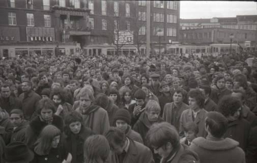 "ARH NL Koberg 794, ""Roter Punkt"" Demonstration gegen Fahrpreiserhöhung der ÜSTRA auf dem Opernplatz, Hannover, 1970"