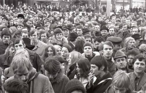 "ARH NL Koberg 795, ""Roter Punkt"" Demonstration gegen Fahrpreiserhöhung der ÜSTRA auf dem Opernplatz, Hannover, 1970"