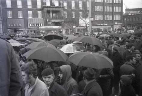 "ARH NL Koberg 796, ""Roter Punkt"" Demonstration gegen Fahrpreiserhöhung der ÜSTRA auf dem Opernplatz, Hannover, 1970"