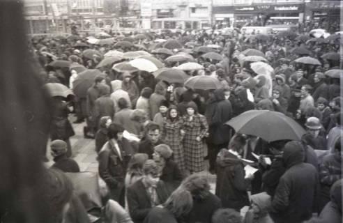 "ARH NL Koberg 797, ""Roter Punkt"" Demonstration gegen Fahrpreiserhöhung der ÜSTRA auf dem Opernplatz, Hannover, 1970"