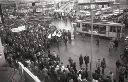 "ARH NL Koberg 798, ""Roter Punkt"" Demonstration gegen Fahrpreiserhöhung der ÜSTRA auf dem Opernplatz, Hannover, 1970"