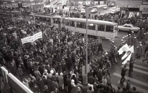 "ARH NL Koberg 799, ""Roter Punkt"" Demonstration gegen Fahrpreiserhöhung der ÜSTRA auf dem Opernplatz, Hannover, 1970"