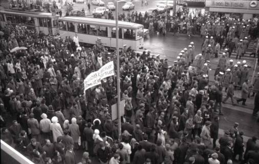 "ARH NL Koberg 800, ""Roter Punkt"" Demonstration gegen Fahrpreiserhöhung der ÜSTRA auf dem Opernplatz, Hannover, 1970"