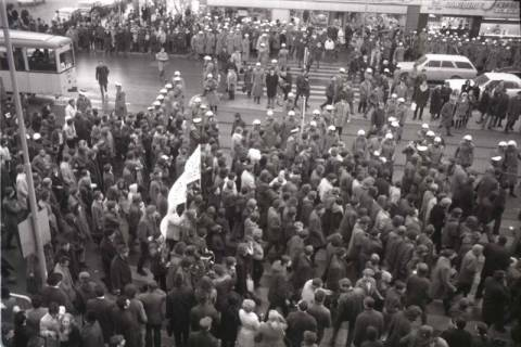"ARH NL Koberg 801, ""Roter Punkt"" Demonstration gegen Fahrpreiserhöhung der ÜSTRA auf dem Opernplatz, Hannover, 1970"