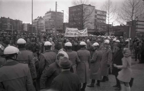 "ARH NL Koberg 803, ""Roter Punkt"" Demonstration gegen Fahrpreiserhöhung der ÜSTRA am Steintor, Hannover, 1970"