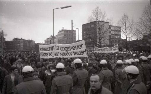 "ARH NL Koberg 804, ""Roter Punkt"" Demonstration gegen Fahrpreiserhöhung der ÜSTRA am Steintor, Hannover, 1970"