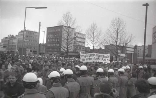 "ARH NL Koberg 805, ""Roter Punkt"" Demonstration gegen Fahrpreiserhöhung der ÜSTRA am Steintor, Hannover, 1970"