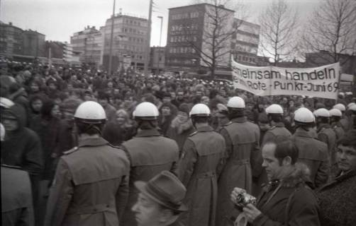 "ARH NL Koberg 806, ""Roter Punkt"" Demonstration gegen Fahrpreiserhöhung der ÜSTRA am Steintor, Hannover, 1970"