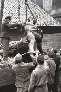 ARH NL Koberg 845, Figur des Duve-Brunnens (Sämann-Brunnen) am Leibnizufer, Hannover, 1952