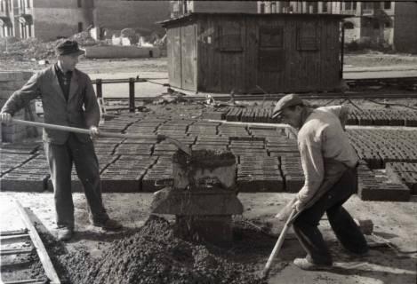 ARH NL Koberg 873, Herstellung von Bauschuttsteinen an der Hildesheimer Straße, Hannover, 1952