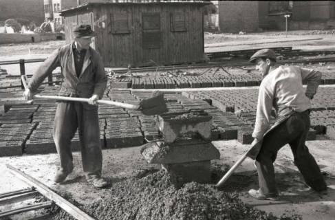 ARH NL Koberg 874, Herstellung von Bauschuttsteinen an der Hildesheimer Straße, Hannover, 1952