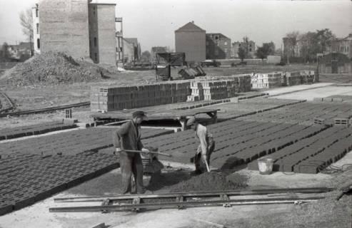 ARH NL Koberg 875, Herstellung von Bauschuttsteinen an der Hildesheimer Straße, Hannover, 1952