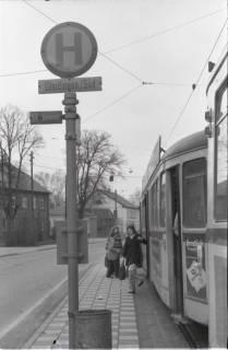 ARH NL Koberg 942, Straßenbahnhaltestelle mit Straßenbahn, Gleidingen, 1974