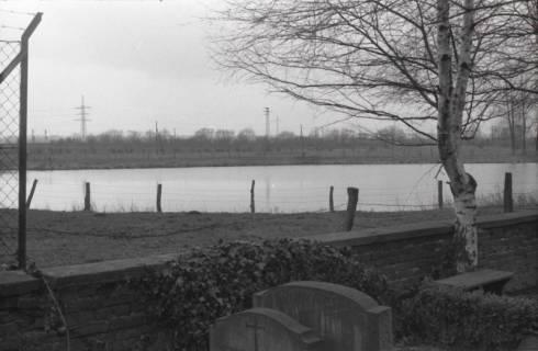 ARH NL Koberg 945, Blick vom Friedhof auf einen See, Gleidingen, 1974
