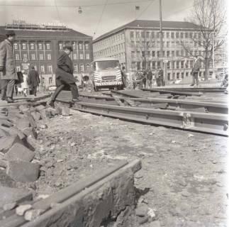 ARH NL Koberg 977, Schienenverlegung für die Straßenbahn am Ernst-August-Platz, Hannover, 1968