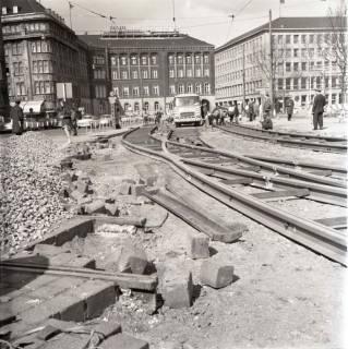 ARH NL Koberg 978, Schienenverlegung für die Straßenbahn am Ernst-August-Platz, Hannover, 1968