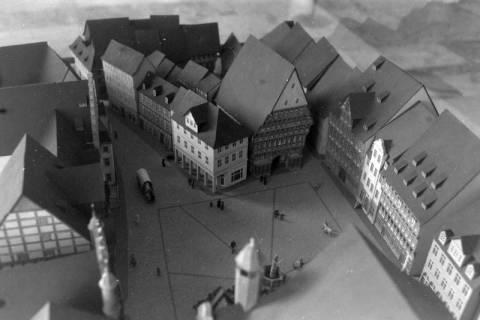 ARH NL Mellin 01-001/0008, Architekturmodell für den Wiederaufbau des historischen Marktplatzes von Hildesheim mit dem Knochenhaueramtshaus und dem Rolandbrunnen, ohne Datum