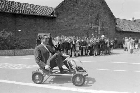 ARH NL Mellin 01-003/0001, Eröffnung des Verkehrsübungsplatzes auf dem Schulhof der Grundschule in Großburgwedel, zwischen 1966/1967